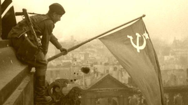 Установка красного флага на крышу Рейхстага