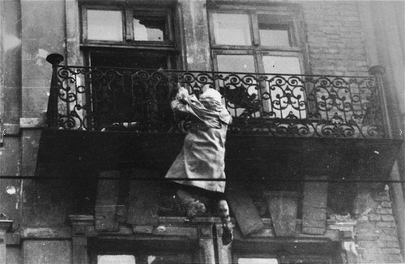 Женщина из еврейского гетто спасается бегством от нацистов.