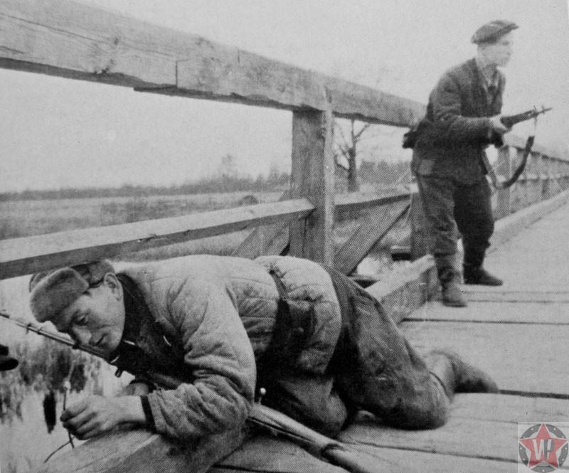 Подготовка к подрыву деревянного моста