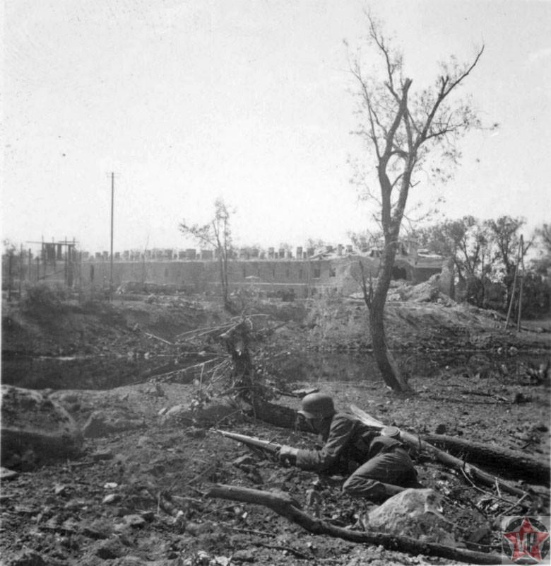 Солдат Вермахта во время боя в Брестской крепости.