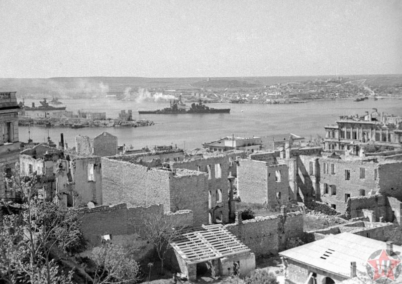 Крейсер «Ворошилов» и линкор «Парижская коммуна» , Севастополь 1942 год