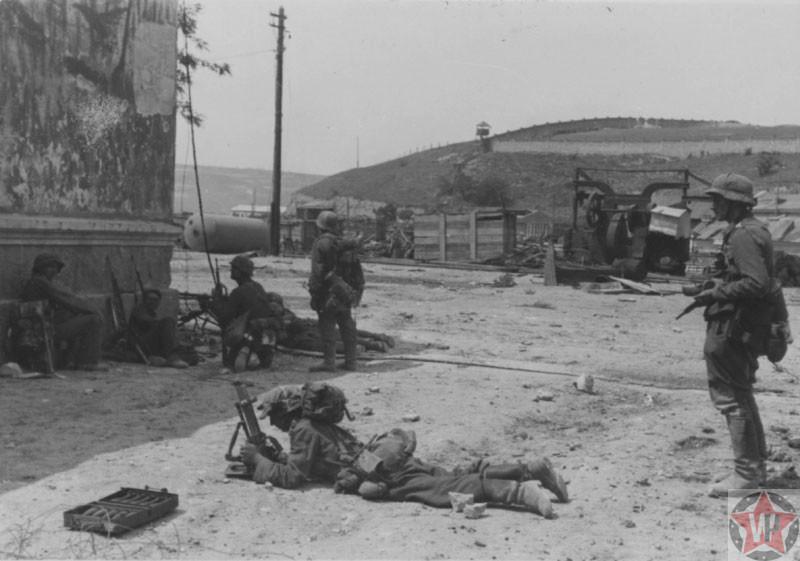 Немецкие солдаты на улицах Севастополя