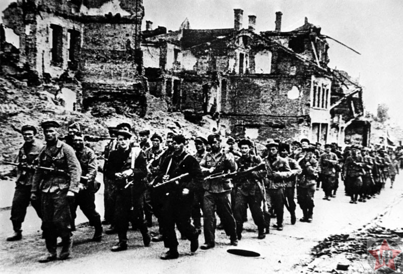 Отряд партизан в разрушенном Минске