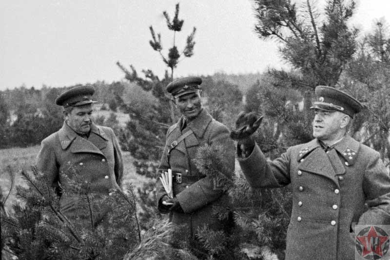 Георгий Константинович Жуков с командирами на передовой