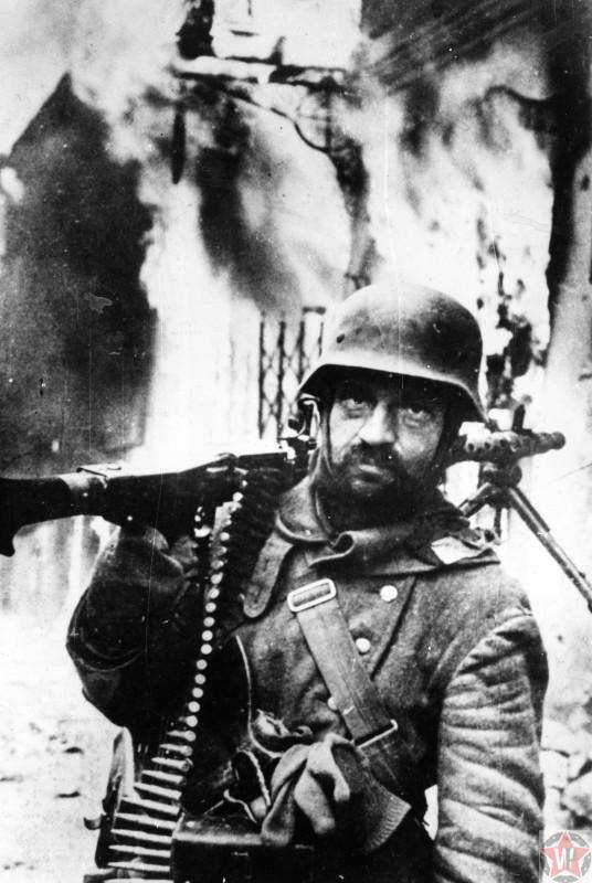 Немецкий пулеметчик в горящем городе Житомир