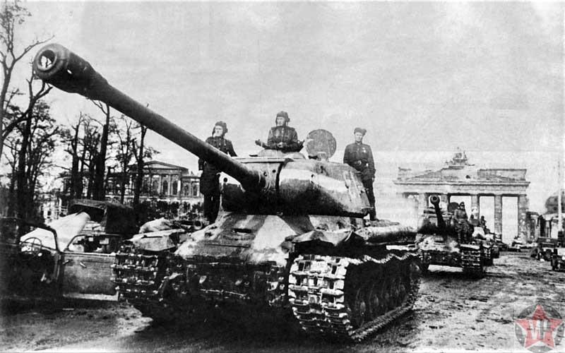 Колонна советских танков ИС-2 вблизи Бранденбургских ворот