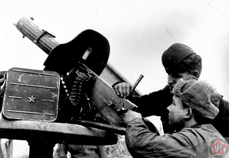 Бойцы Красной Армии за настройкой прицела пулемета