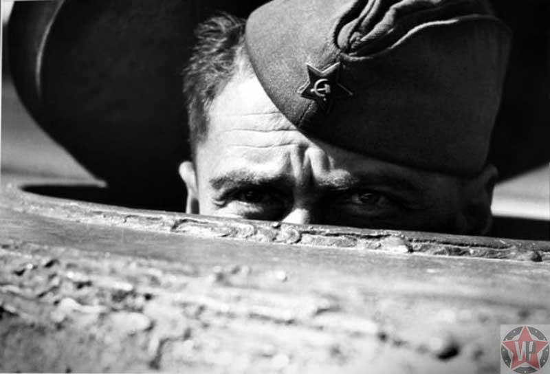 Советский солдат выглядывает из люка танка поблизости Берлина