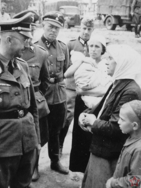 Рейхсфюрер СС Генрих Гиммлер разговаривает с крестьянами