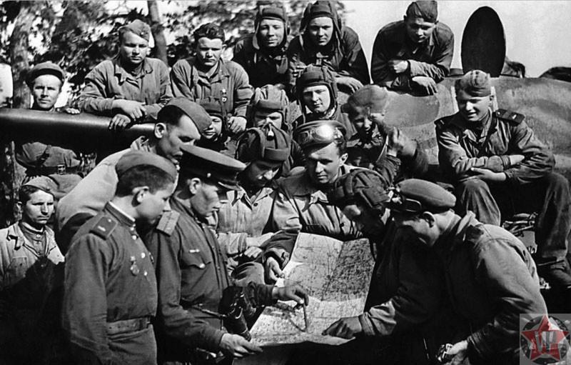 Командиры и бойцы за обсуждением боевого задания Львовско-Сандомирской наступательной операции