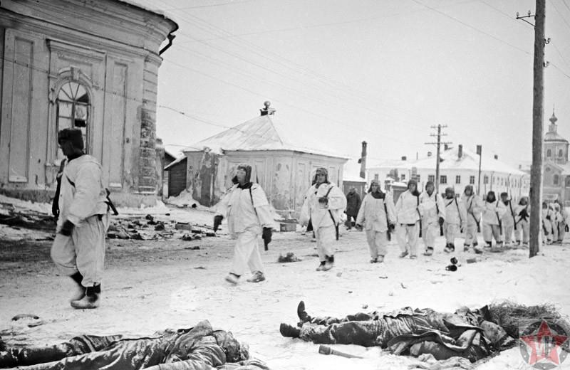 Бойцы Красной Армии в зимних маскхалатах вступают в город Калинин
