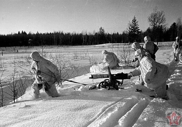 Контрнаступление: бойцы пулеметного подразделения передвигаются к переднему краю