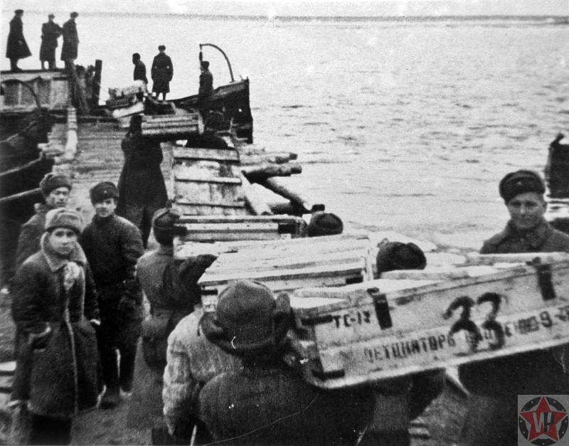 Погрузка боеприпасов, доставляемых по Волге частям Красной Армии