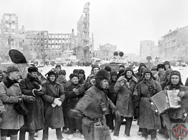 Красноармейцы празднуют победу в Сталинградской битве на площади Павших борцов