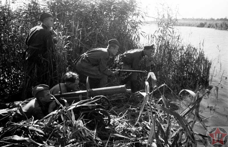 Солдаты Красной армии у берега реки Днепр