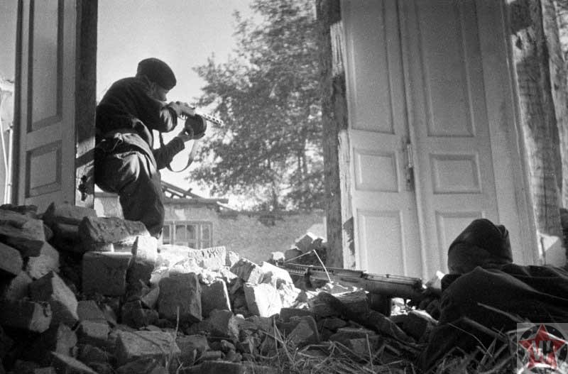 Советские солдаты в разрушенном населенном пункте в Киеве