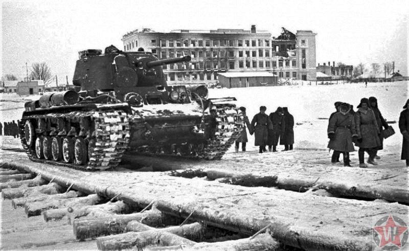 Советский танк КВ-1 на танковой переправе в ходе Калининской наступательной операции