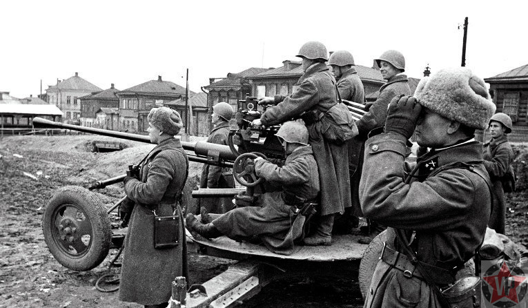 Расчет 37-мм автоматической зенитной пушки готов к отражению танковой атаки на улицах Тулы
