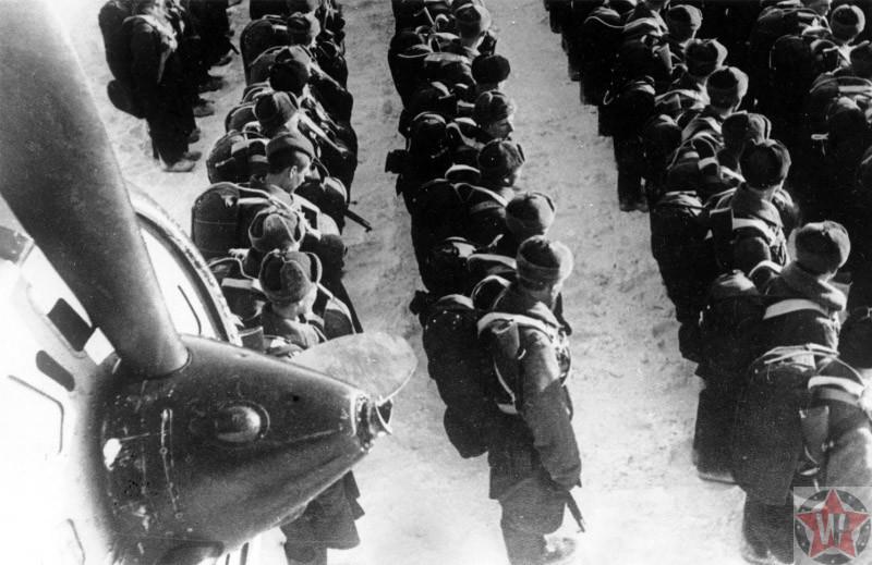 Десантники Красной армии у самолета ПС-84 во время Вяземской воздушно-десантной операции