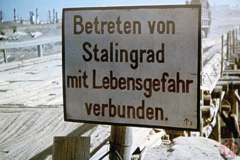 Немецкая табличка у моста в пригороде Сталинграда: «Вхождение в Сталинград связано с опасностью для жизни».