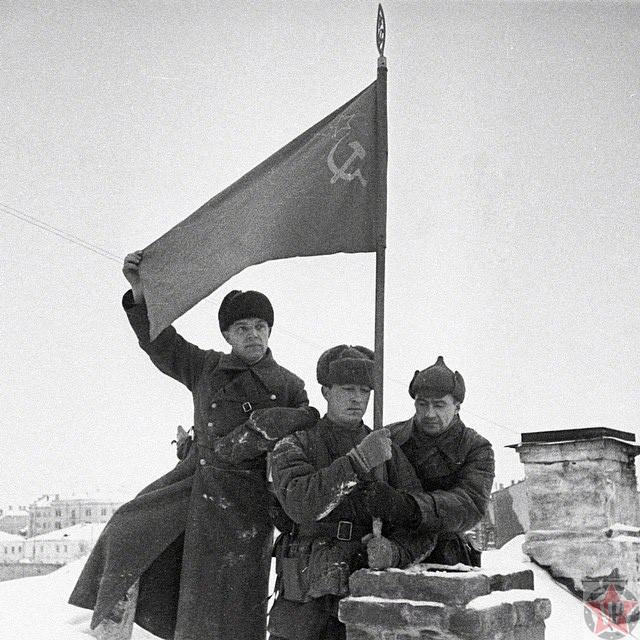 Солдаты Красной армии водружают советское знамя в освобожденном городе Калинине
