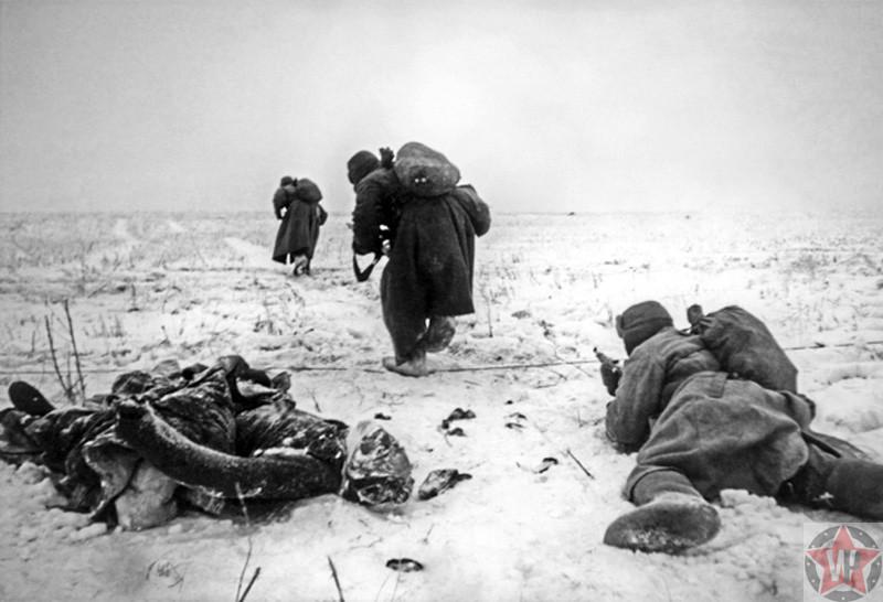 Красноармейцы продвигаются по полю возле тела немца под Сталинградом