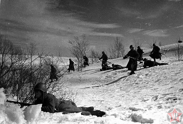 Бойцы 1-й гвардейской мотострелковой Московской дважды Краснознаменной дивизии атакуют противника