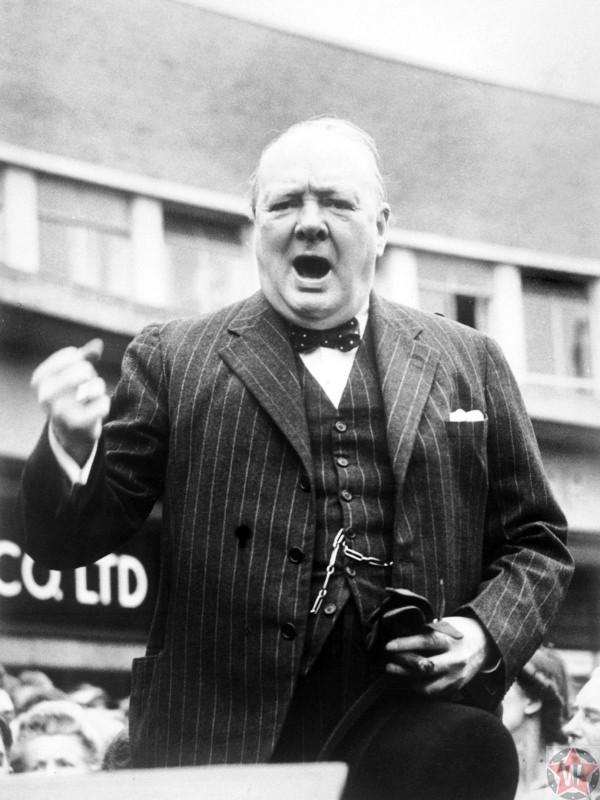 Уинстон Черчилль выступает с речью на митинге перед выборами в парламент