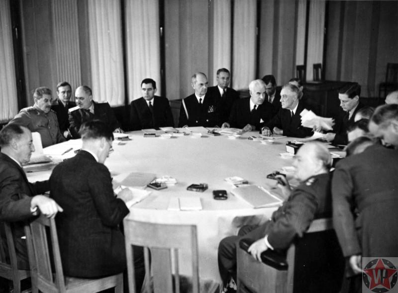 Лидеры «Большой тройки» за столом переговоров на Ялтинской конференции.