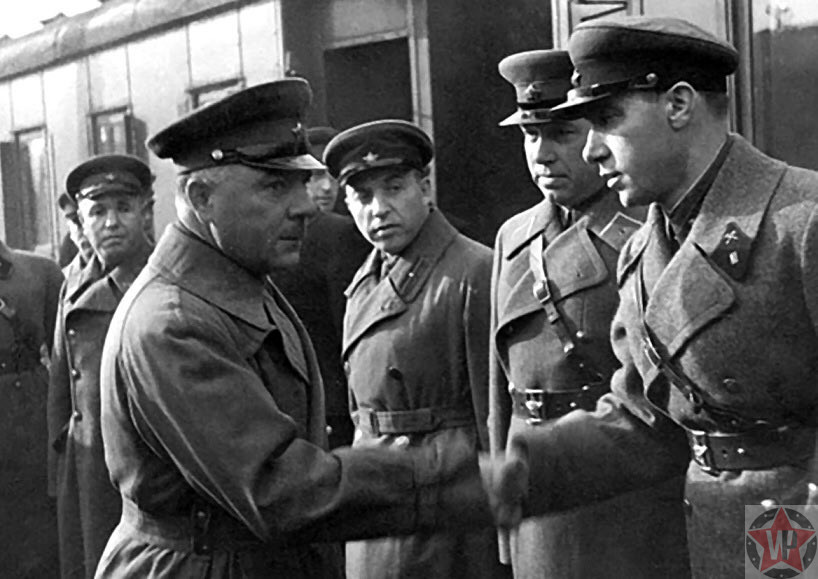 Климент Ворошилов жмет руки советским служащим