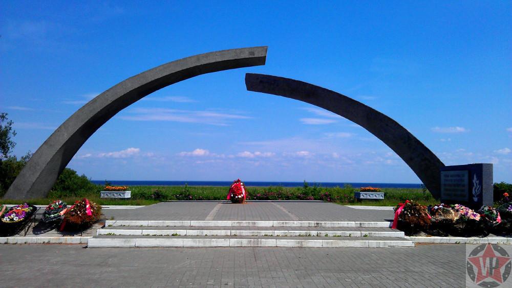 """Памятник """"Разорванное кольцо"""" на """"Дороге жизни"""""""