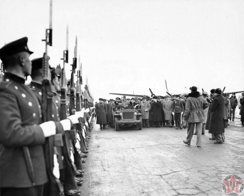 В.М. Молотов, У. Черчилль и Ф. Рузвельт обходят строй советских солдат на аэродроме Саки.