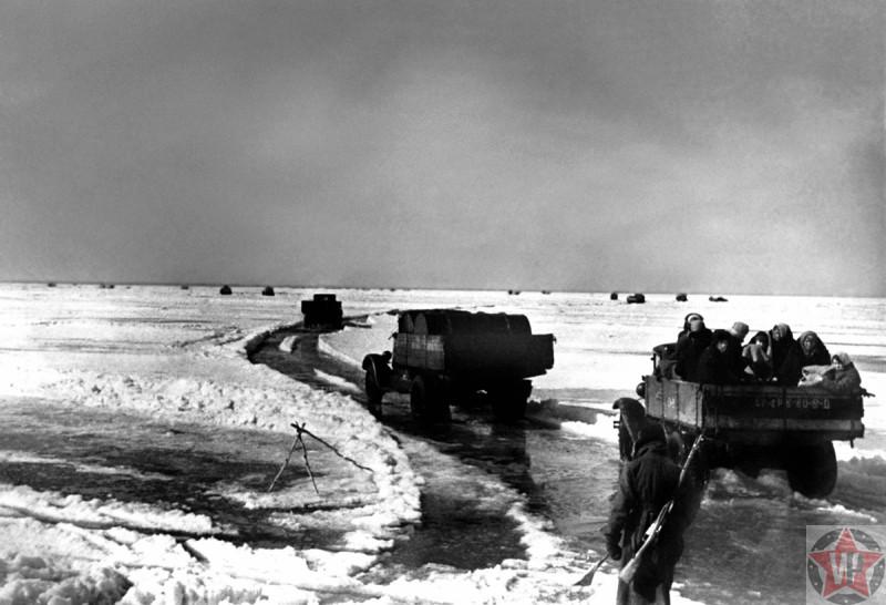 Автомобили вывозят людей из блокадного Ленинграда по