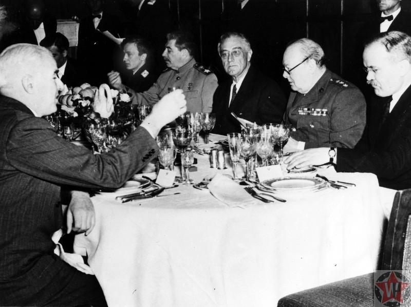 Лидеры за столом на заключительном ужине Ялтинской конференции.