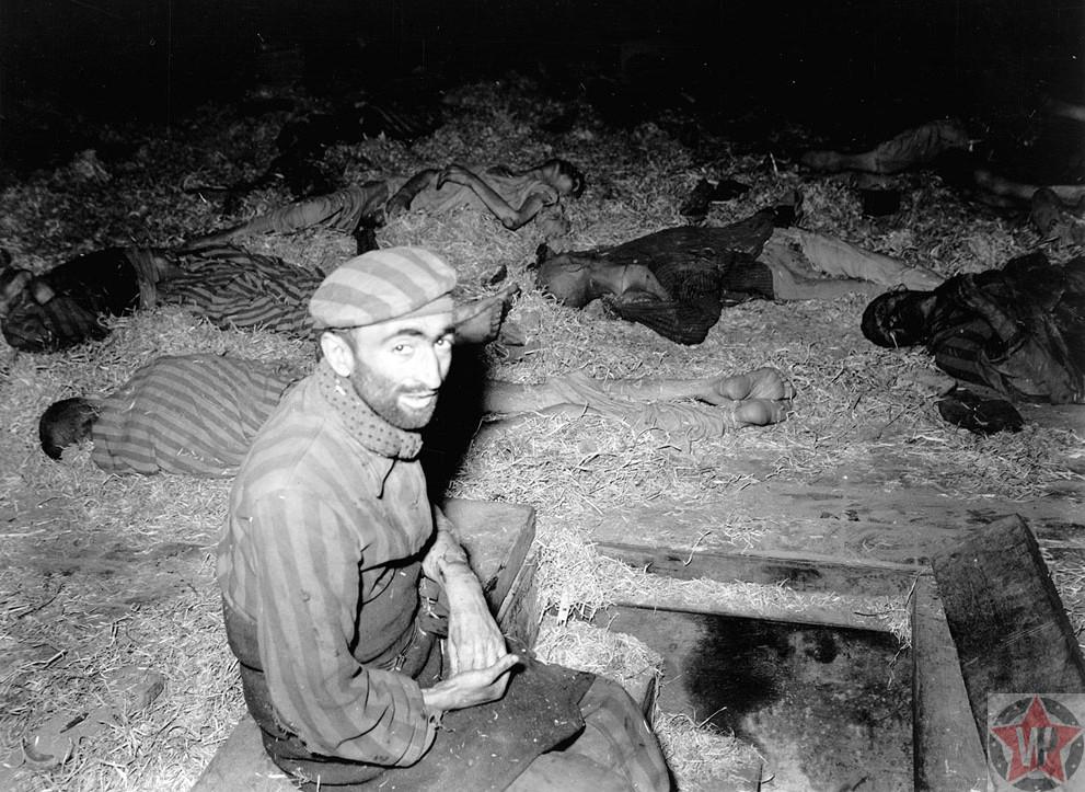 Француз сидит среди погибших в Миттельбау-Дора трудовом лагере 1945 год