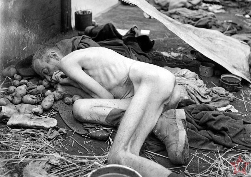 Мертвый заключенный в вагоне поезда у концентрационного лагеря Дахау
