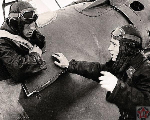 Талалихин беседует с летчиком