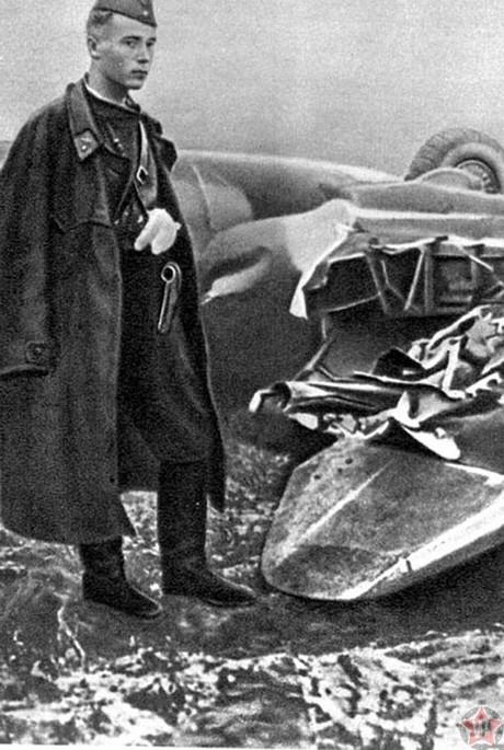 Талалихин Виктор Васильевич около сбитого тараном «хейнкеля»
