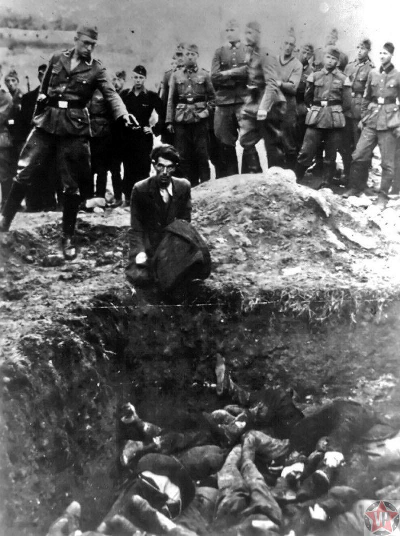 Немецкий солдат стреляет в украинских евреев во время массовых расстрелов
