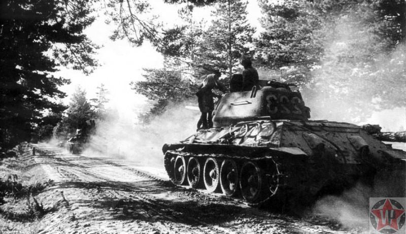 Колонна танков Т-34-85 195-го отдельного танкового батальона движется по лесной дороге в ходе операции «Багратион»