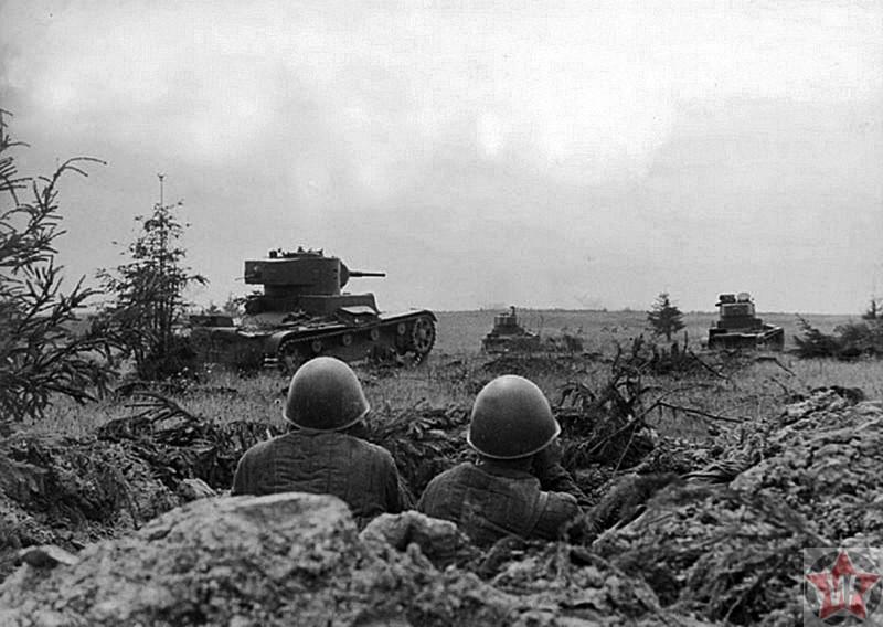 Танки Т-26 советской 105-й танковой дивизии Рокосовского атакуют немецкие позиции
