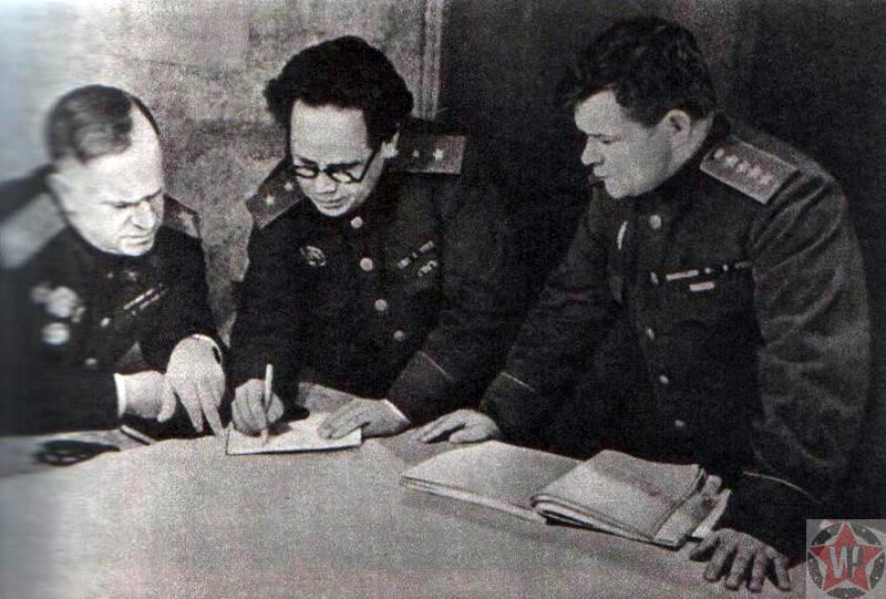 Представитель Ставки Верховного Главнокомандования маршал Г. К. Жуков, начальник штаба 1-го Украинского фронта генерал А. Н. Боголюбов и командующий 1-м Украинским фронтом генерал армии Н. Ф. Ватутин, 1944 год