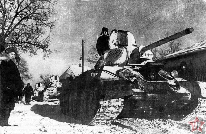 Советские танки на улице освобожденного города Изюм (Харьковская область) в ходе Ворошиловградской операции - командующий генерал Н.Ф. Ватутин.