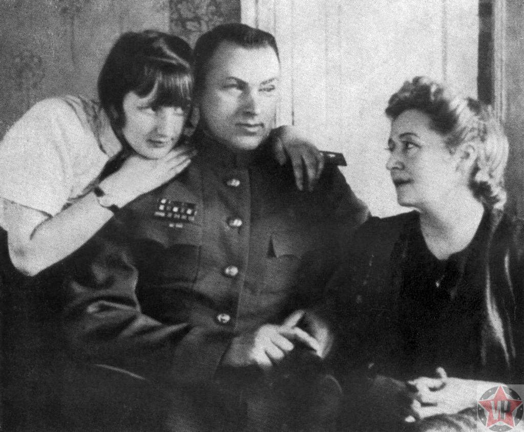 Рокосовский и жена Юлия Бармина с дочерью Ариадной