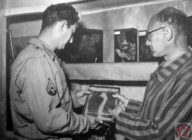 Бывший узник концлагеря Бухенвальд показывает американскому военному кожу людей, убитых в концлагере.