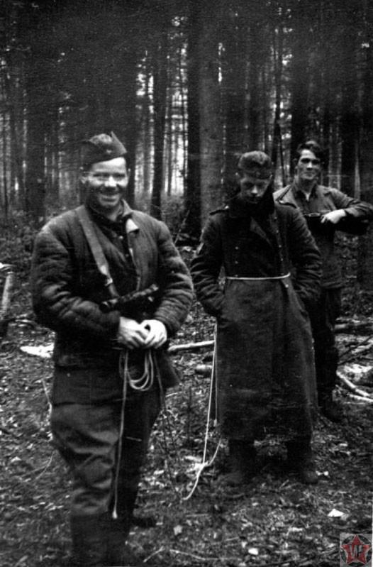 Бойцы партизанского движения конвоируют пленного солдата Вермахта