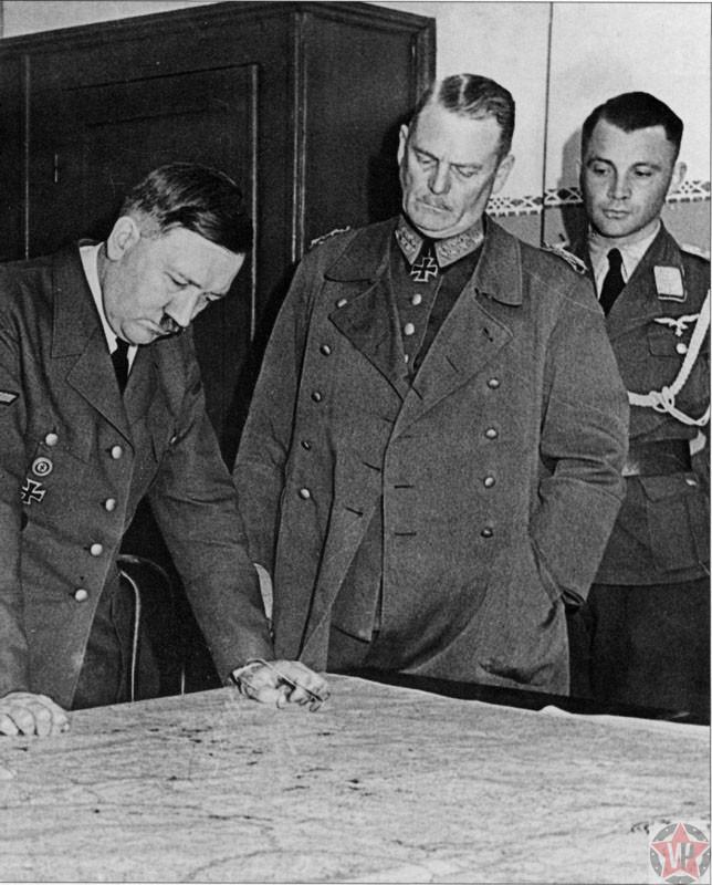 Адольф Гитлер карту плана «Барбаросса», слева генерал-фельдмаршалами Кейтелем, 1940 год.