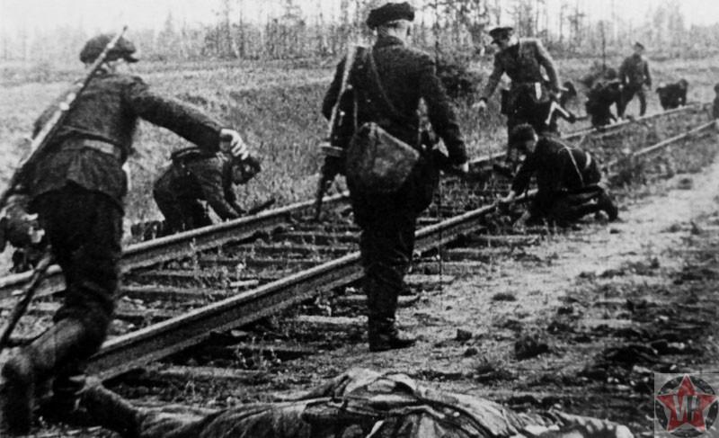 Советские партизаны закладывают взрывчатку под рельсы