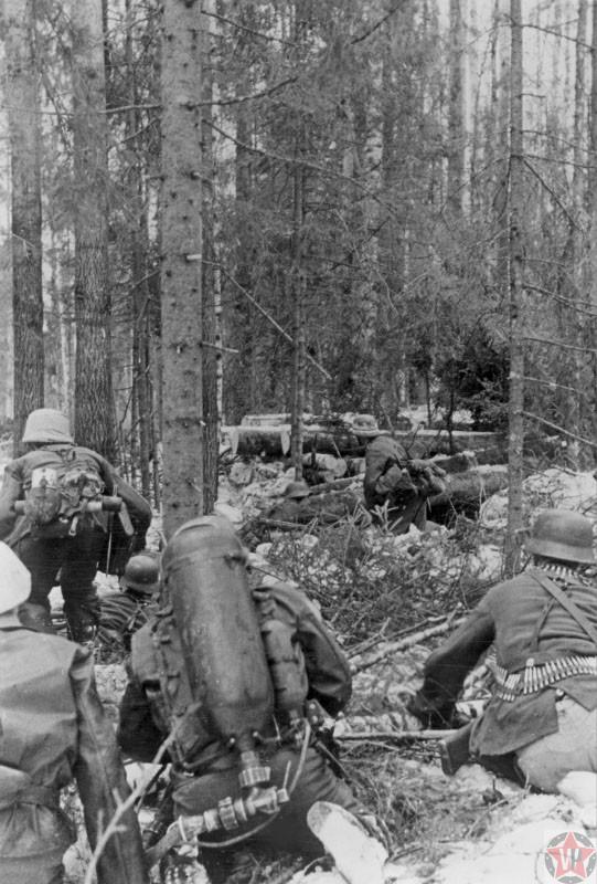 Немецкие солдаты ведут бой