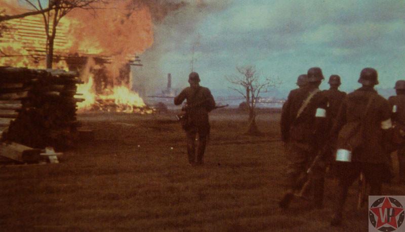 Бойцы Вермахта сжигают Русскую деревню